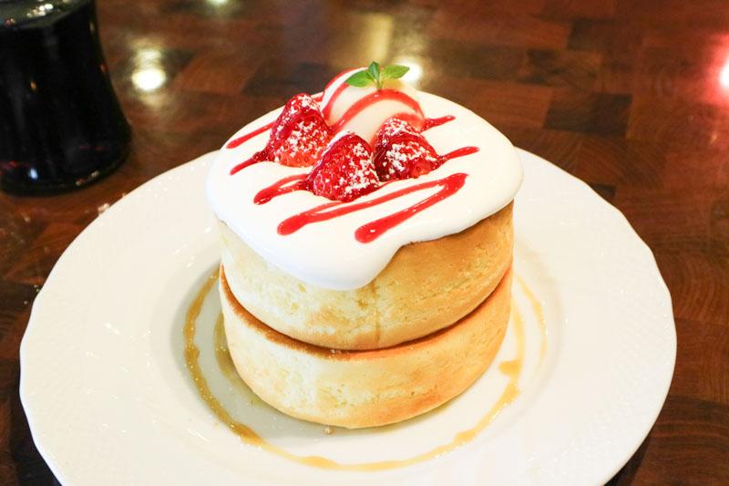 星乃珈琲「苺とふんわりクリームのスフレパンケーキ」