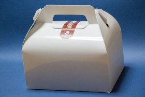 星乃珈琲「スフレパンケーキ(ダブル)」をテイクアウト 紙の箱に入れてくれます